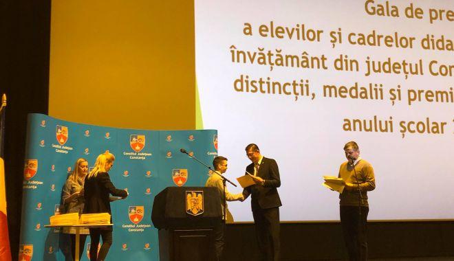 """Foto: Elevii merituoşi din Constanţa, premiaţi de preşedintele CJC: """"Sunteţi elite!"""""""