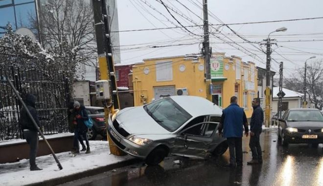 Foto: ACCIDENT SPECTACULOS LA CONSTANŢA! Maşină urcată pe stâlp