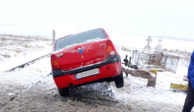 Foto: GALERIE FOTO. Maşină lovită de tren, în judeţul Constanţa. Victima, o femeie - update