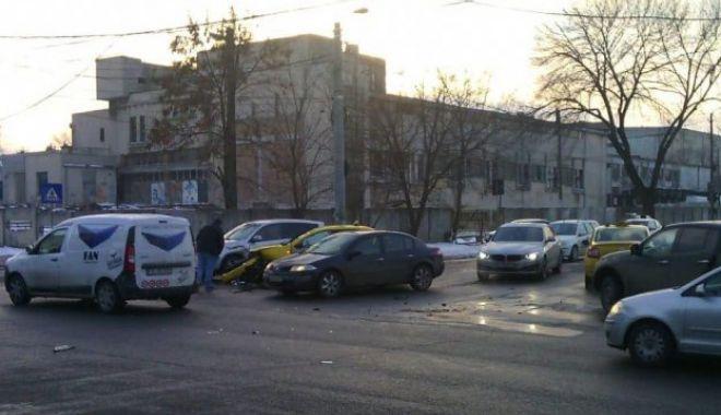 Foto: Galerie foto. Patru maşini implicate într-un accident rutier, în zona Abator