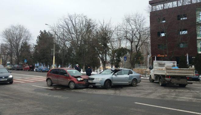 Foto: Galerie foto. Accident rutier la Constanţa. Două maşini implicate