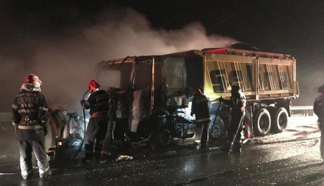 Foto: Un autovehicul de deszăpezire a ars, pe Autostrada Soarelui