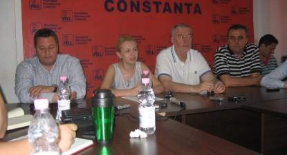 """Foto: Stavrositu şi Iorguş nu vor susţine """"moţiunea iresponsabilităţii"""""""