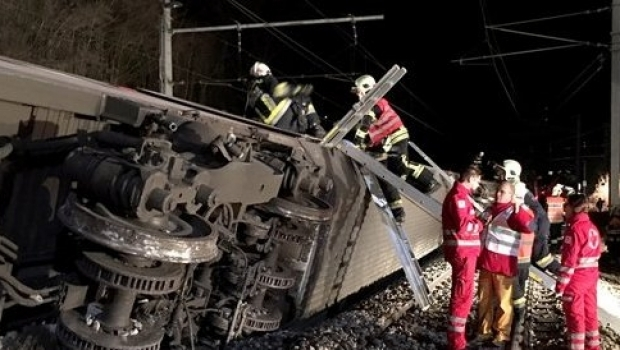 Foto: Două trenuri s-au ciocnit! Numeroşi pasageri, prinşi între fiare