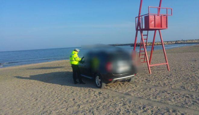 Foto: Galerie foto! Amendă usturătoare, pentru un şofer prins cu maşina pe plaja Trei Papuci