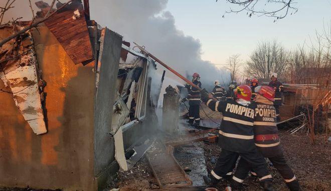 Foto: GALERIE FOTO. Incendiu violent în judeţul Constanţa. Au ars patru case