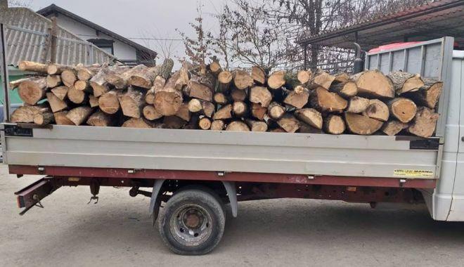 Foto: Depistat de jandarmi transportând lemne fără documente legale
