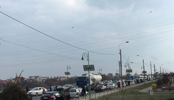 Protest şi la Constanţa faţă de lipsa autostrăzilor în România. Oamenii au oprit lucrul pentru 15 minute - 53396366137790342568216191543684-1552657587.jpg