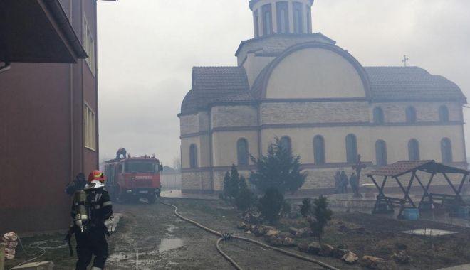 Foto: Galerie foto / Zeci de pompieri se luptă cu flăcările ce au cuprins Mănăstirea din 23 August