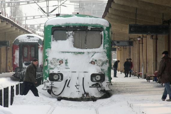 Foto: Trenul Arad - Constanța, cu 200 de călători, blocat în câmp de ore bune