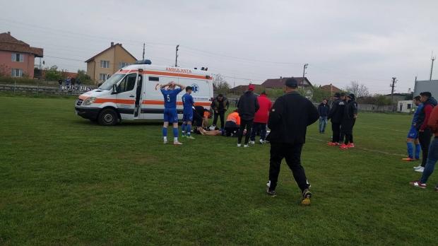Foto: Dramă la un meci de fotbal. Tatăl unui copil de 13 ani, care a făcut comoţie pe teren, acuză echipajul de pe ambulanţă