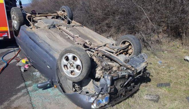 Foto: O şoferiţă s-a răsturnat cu maşina în care se mai aflau şi doi copii