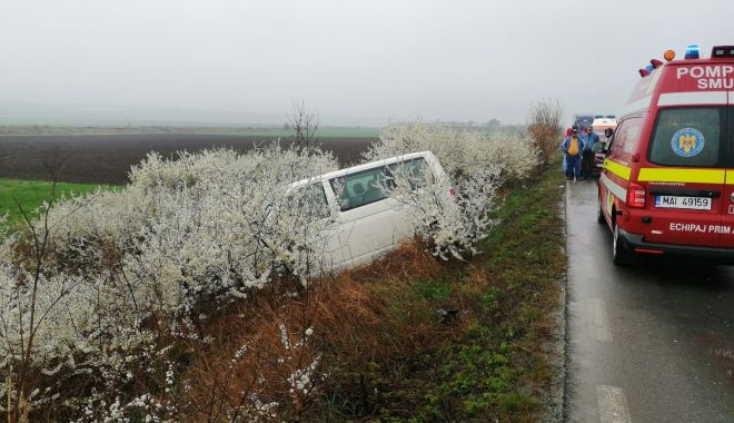 Foto: O maşină răsturnată şi alta ieşită în afara carosabilului, din cauza unei depăşiri eşuate