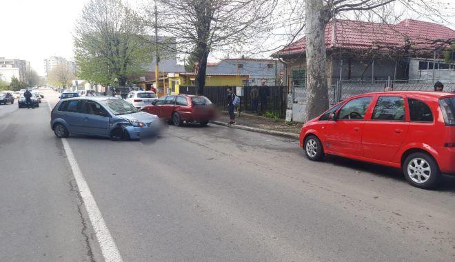 Foto: Accident rutier la Constanţa! O maşină a intrat în două autoturisme parcate