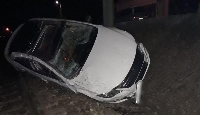 Foto: S-a urcat băut la volan şi şi-a făcut praf maşina, în şant