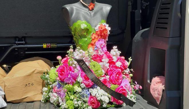 Foto: Coroană de flori, deosebită, la înmormântarea lui Răzvan Ciobanu