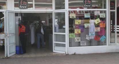 Foto: Comercianţii au trecut la reduceri semnificative spre bucuria turiştilor