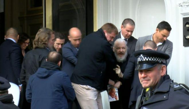 Foto: Julian Assange a fost arestat la Londra