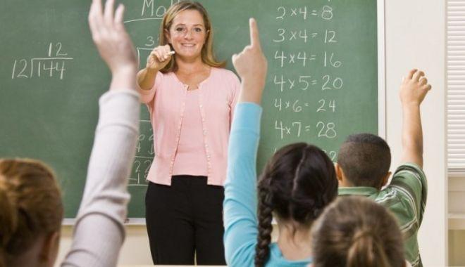 Foto: Bani în plus pentru profesori din noul an şcolar. Cine primeşte un spor de 10% la salariu