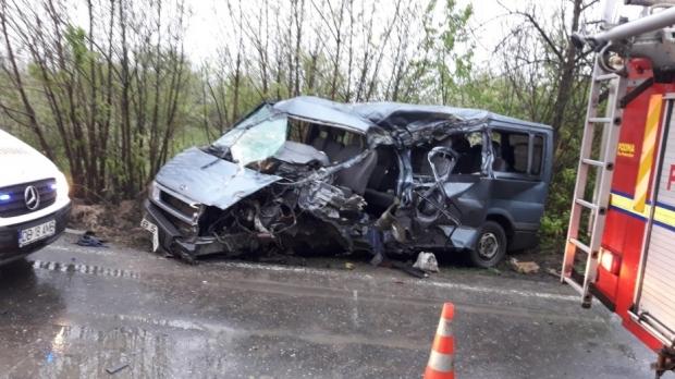 Foto: Accident grav! Un microbuz cu pasageri s-a izbit de un TIR