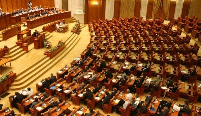 Foto: Parlamentul se întruneşte pentru a discuta solicitarea preşedintelui Klaus Iohannis cu privire la organizarea referendumului pe Justiţie