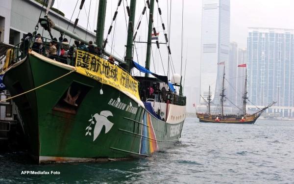 Foto: Marinari chinezi, salvaţi de la moarte de paza de coastă japoneză