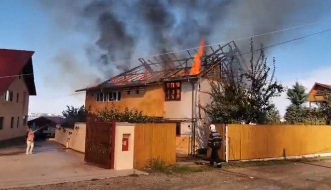 Foto: UPDATE. Incendiu mistuitor în Eforie Nord! ARDE O CASĂ!