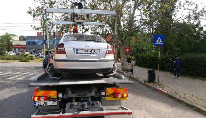 Foto: Maşini ridicate pe bandă rulantă, la Constanţa