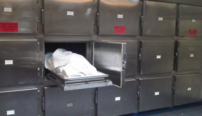 Foto: CAZ SINISTRU! Rudele unei femei decedate susţin că au găsit-o la morgă cu un pampers înfăşurat pe cap