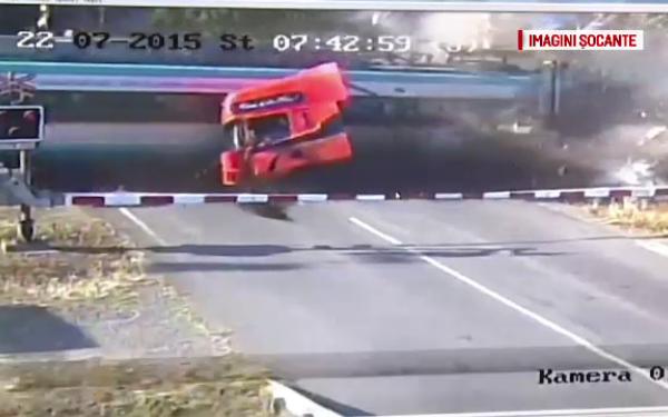 Foto: Video şocant! Tragedie provocată de şoferul unui TIR. Spulberat de un tren, după ce a rămas blocat pe şine