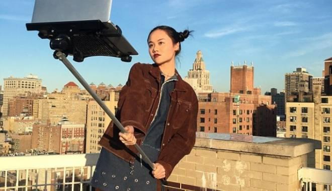 Foto: O nouă modă. Selfie cu...laptopul