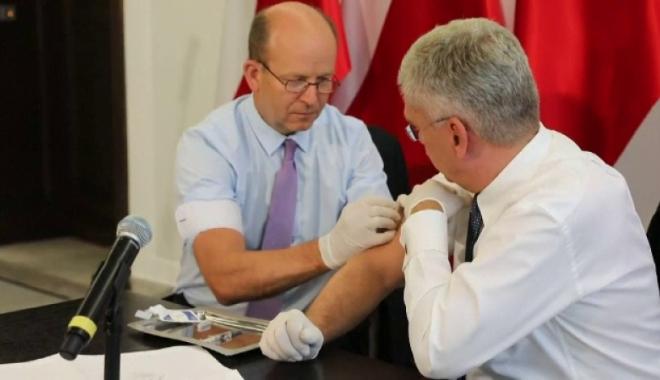 Foto: Vaccinare în direct, din plenul Senatului