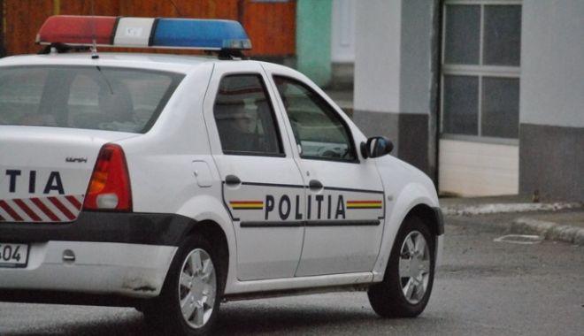 Foto: Un polițist a fost obligat să patruleze pe jos, după ce s-a plâns de starea mașinilor MAI