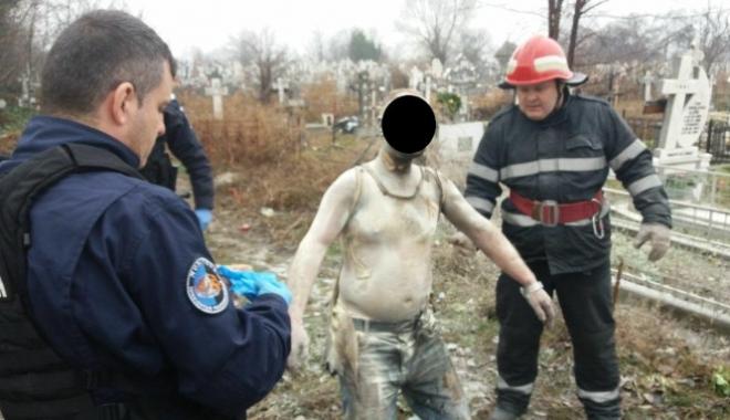 Foto: Un bărbat şi-a dat foc în cimitir după ce s-a certat cu nevasta şi a bătut-o cu ciocanul