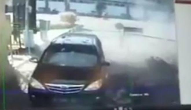 Foto: IMAGINI ŞOCANTE! Momentul în care o familie se aruncă în aer la o secție de poliție