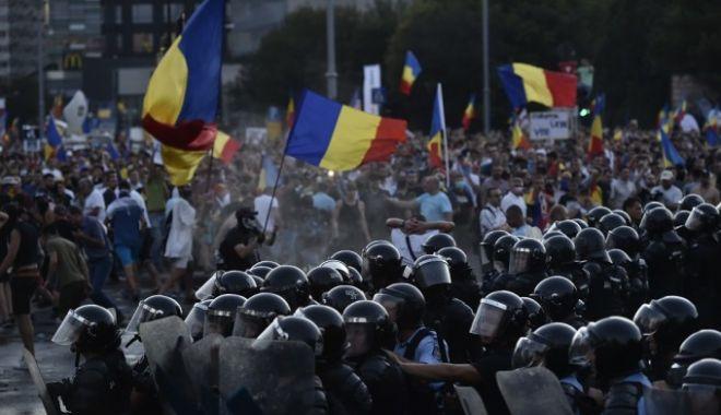 """Foto: Şeful jandarmilor din Piaţa Victoriei şi-a cerut scuze pentru """"violenţele gratuite"""" împotriva manifestanţilor"""
