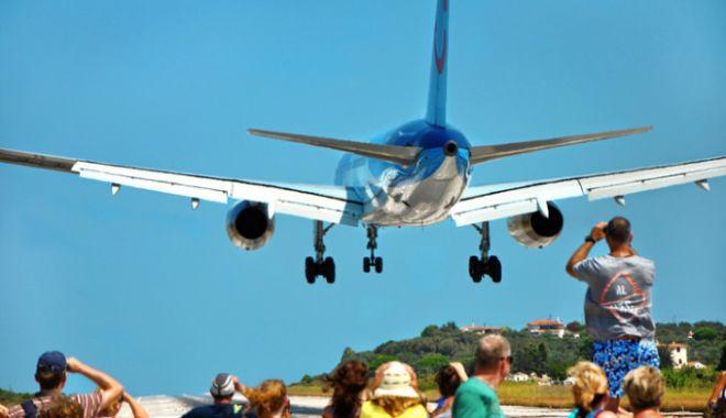 CAZ ULUITOR! Copil luat pe sus de un avion, pe plajă! A zburat 10 metri prin aer