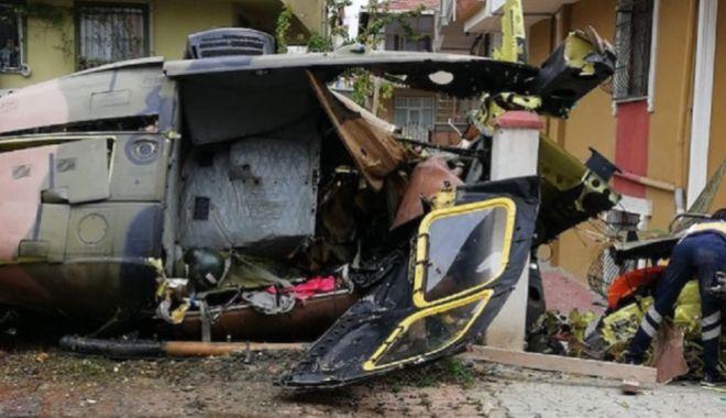 Foto: Elicopter militar prăbuşit în Istanbul. Patru membri ai echipajului au murit şi al cincilea este rănit