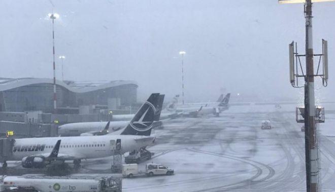 Foto: Întârzieri pe Aeroportul Otopeni din cauza viscolului. Mai multe zboruri afectate