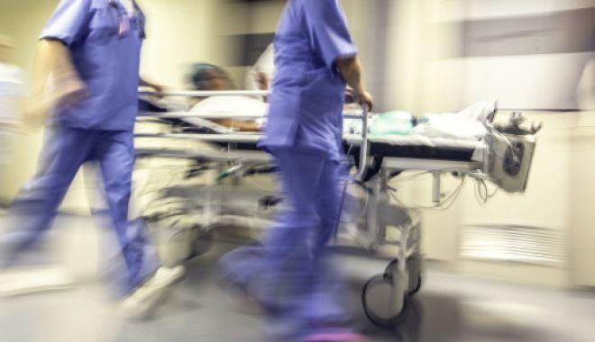 Foto: Un bărbat operat la cap a murit, după ce ar fi fost scăpat de pe targă