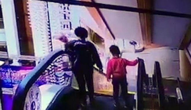 Foto: Bebeluş mort, după ce mama lui l-a scăpat din braţe, pe o scară rulantă