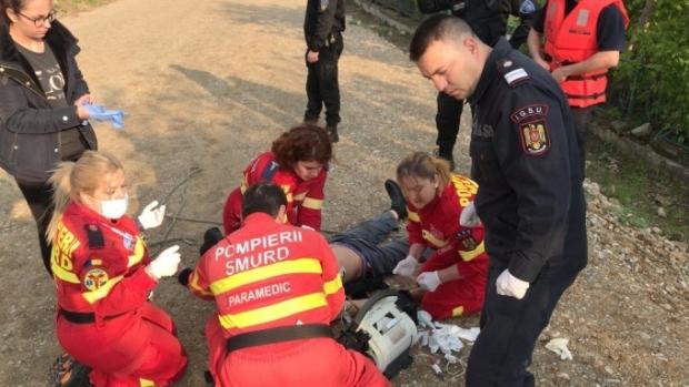 Foto: Bărbatul salvat de un paramedic după ce a căzut în apă a murit