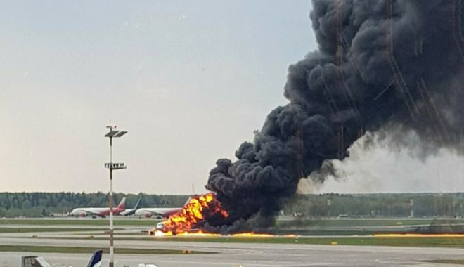 Foto: Tragedie în Rusia! Un avion a luat foc pe principalul aeroport din Moscova. 41 DE OAMENI AU MURIT
