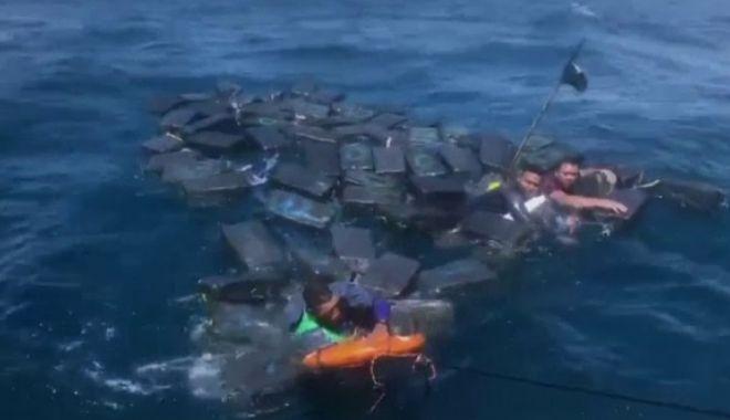 Foto: Traficanți de droguri, agățați de pachete de cocaină, în disperarea de a se salva