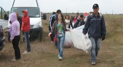 """Foto: Peste 7.000 de saci cu gunoaie, adunaţi în Campania """"Let's do it, Romania!"""" într-o singură zi"""