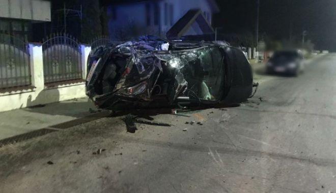 Foto: Grav accident! Un șofer băut a scăpat cu viață după ce s-a răsturnat cu mașina