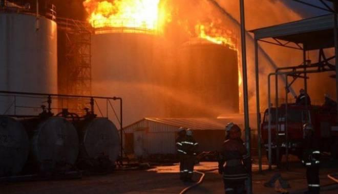 Foto: Incendiu devastator. Depozit petrolifer, mistuit de flăcări