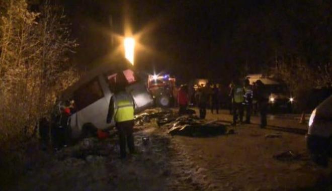 Foto: SCENE MACABRE! 15 MORŢI, după ce un camion s-a ciocnit cu un microbuz