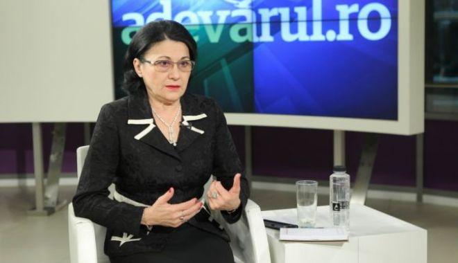 Foto: Andronescu: Va dura cel puţin 2-3 luni până demarăm proiectul de dotare a şcolilor cu table inteligente