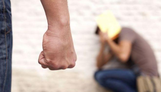 Foto: Un nou incident grav! Un elev şi-a ameninţat un coleg cu cuţitul, în curtea şcolii